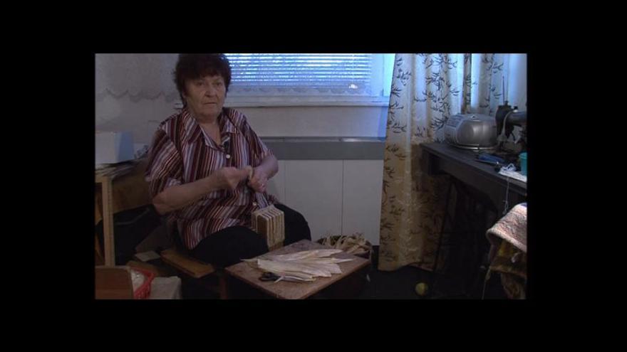 Video Z kukuřičného šustí plete paní Blažková