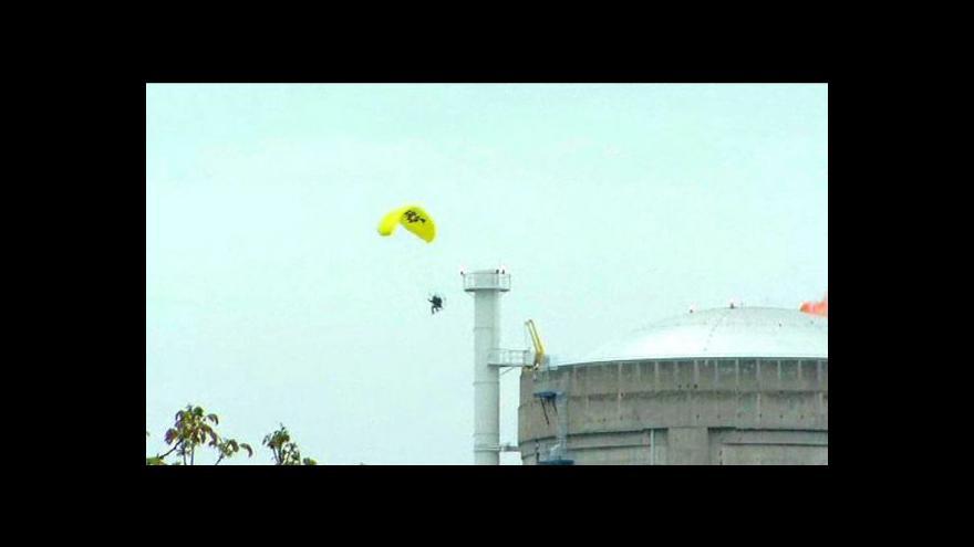 Video Aktivista s padákem nad jadernou elektrárnou