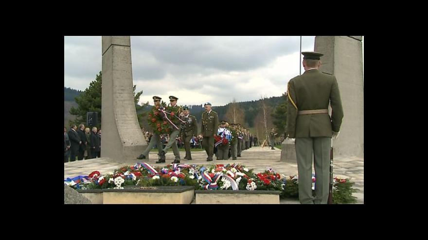 Video Pokládání věnců na památník vypláné Ploštiny