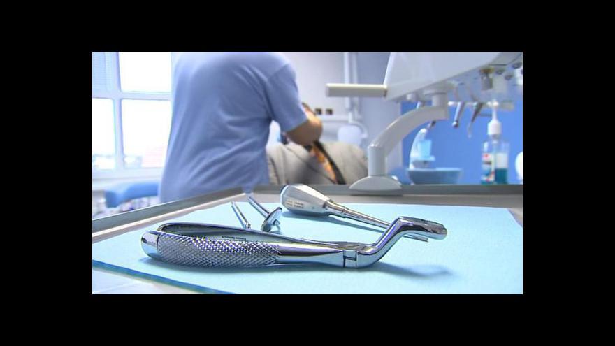 Video Zubaři kritizují nutný souhlas obou rodičů