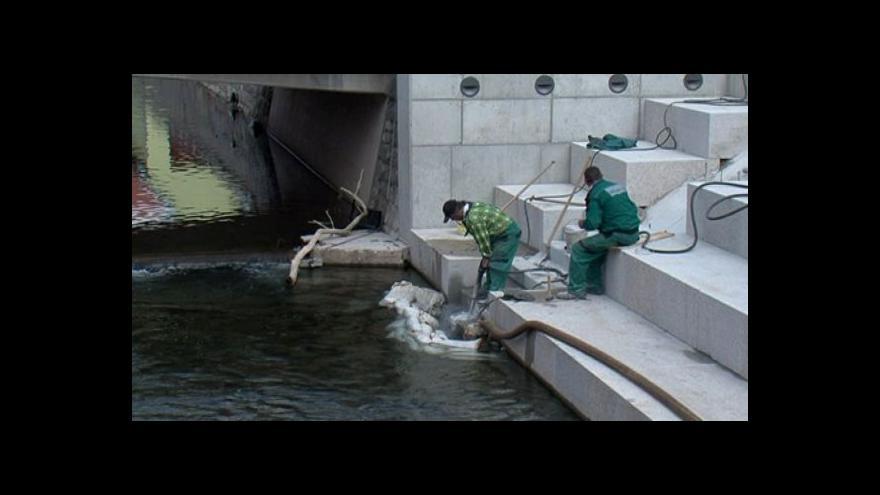Video NO COMMENT: Na nábřeží v Letovicích odstraňují betonové schody
