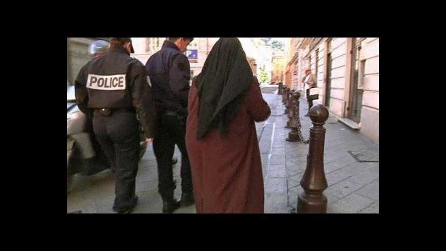 Video Francouzky už rok nesmějí chodit zahalené