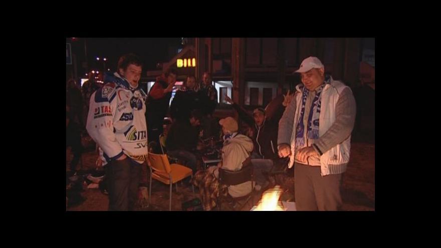 Video Fanoušci strávili noc před stadionem