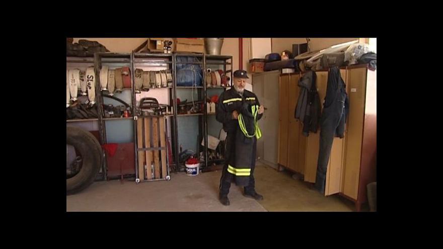 Video Jaké oblečení potřebuje hasič a kolik stojí? Prozradí Antonín Hrbáček