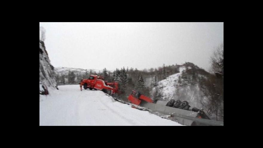 Video NC: Litevský kamion strhl z útesu odtahovku
