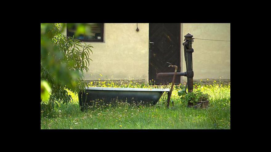 Video Cena vody stoupá, lidé si vrtají vlastní studny