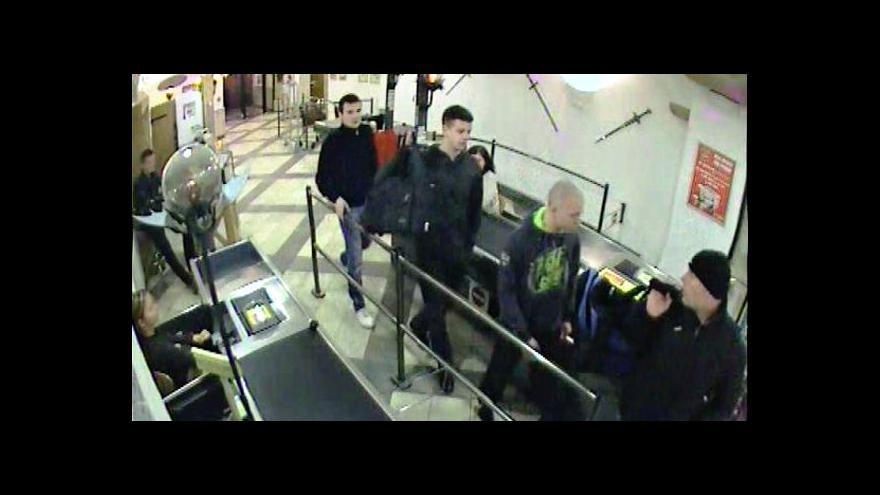 Video Krádež v parfumerii na Hatích (záběry z bezpečnostní kamery)