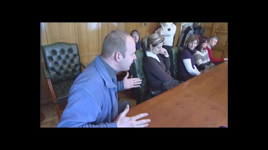 Video NO COMMENT: Schůzka rodičů se zástupci městské části byla chvílemi bouřlivá