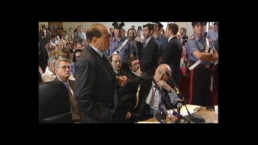 Video Berlusconi opět u soudu
