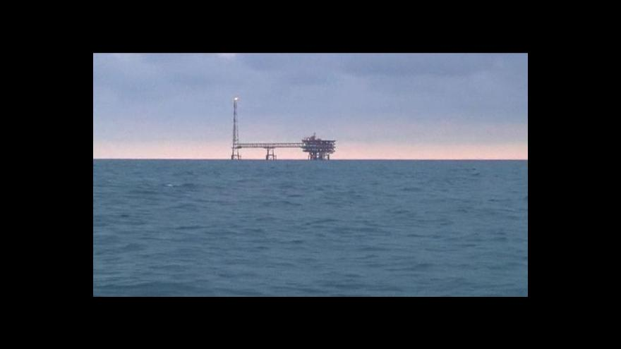 Video Írán utahuje ropné kohoutky