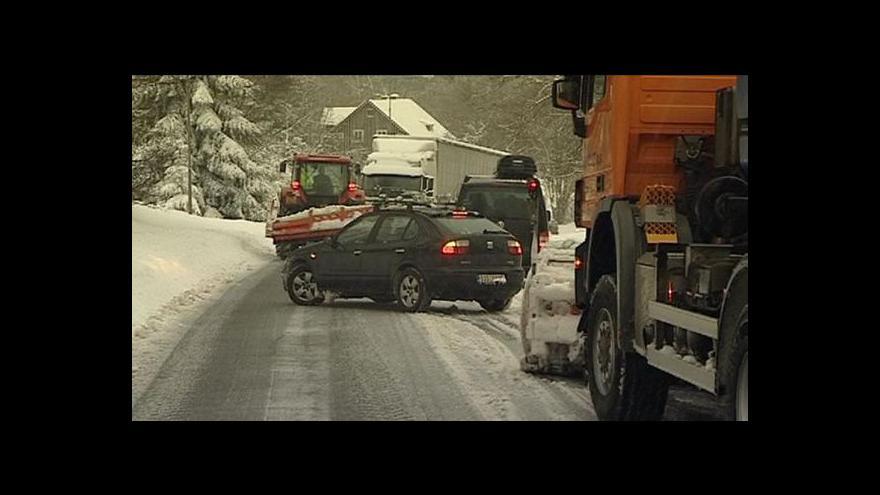 Video Mráz a sníh komplikují dopravu