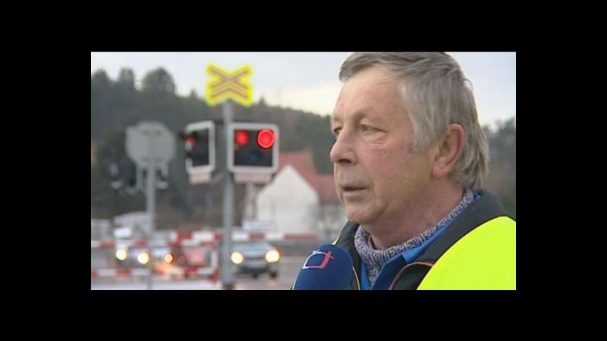 Video V Nesovicích se silnice přechází jen těžko