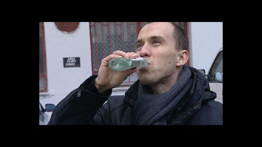 Video Redaktor ČT Petr Albrecht otestoval, kolik můžete po některých výrobcích nadýchat