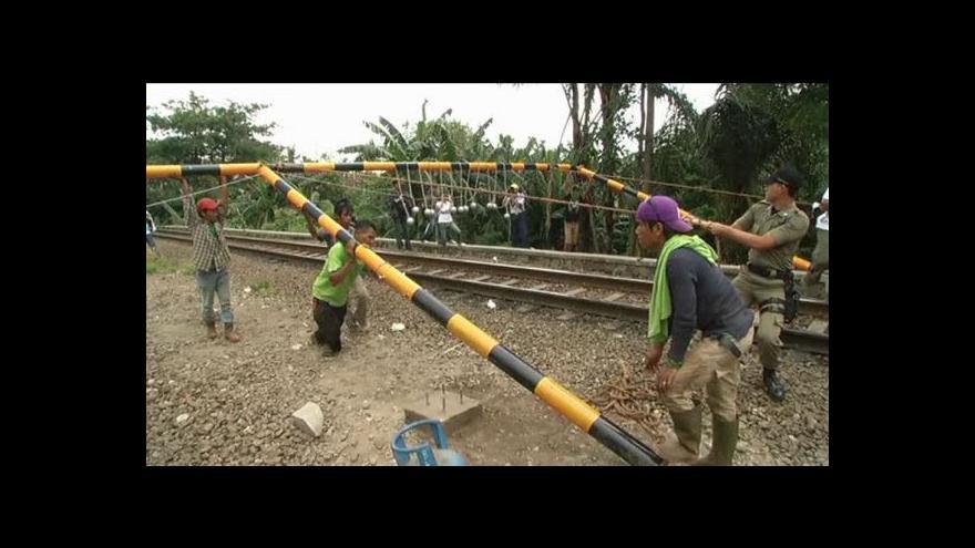 Video Indonéské dráhy se zbaví cestujících na střechách
