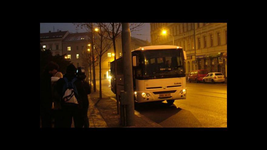 Video NO COMMENT: Odjezd divadelníků z Husy na provázku na pohřeb Václava Havla