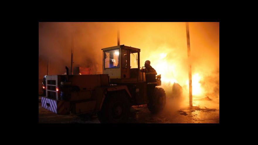 Video NO COMMENT: Hasiči likvidují požár seníků