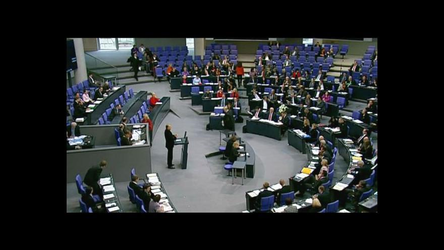 Video Merkelová bude v parlamentu obhajovat výsledky summitu