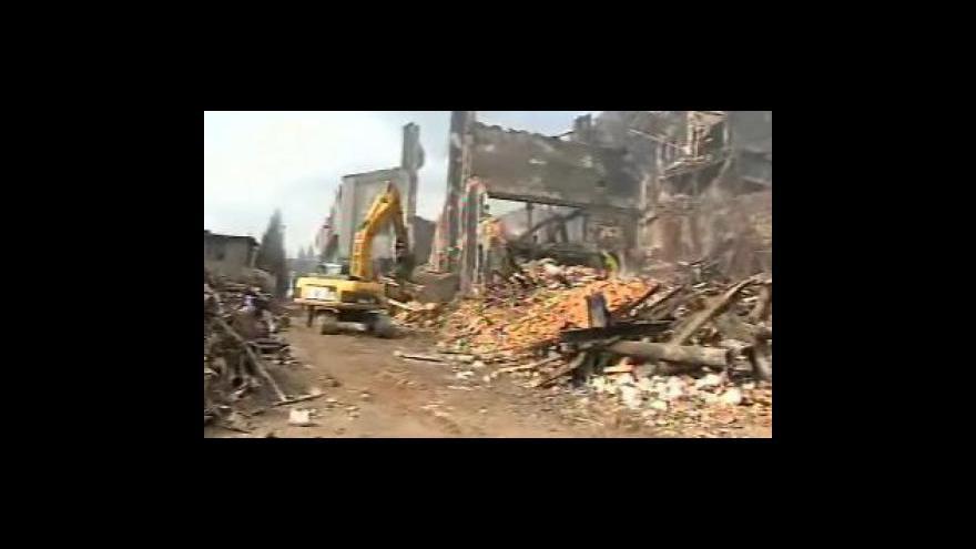 Video NO COMMENT: V areálu vyhořelé plastovny v Chropyni začala demolice