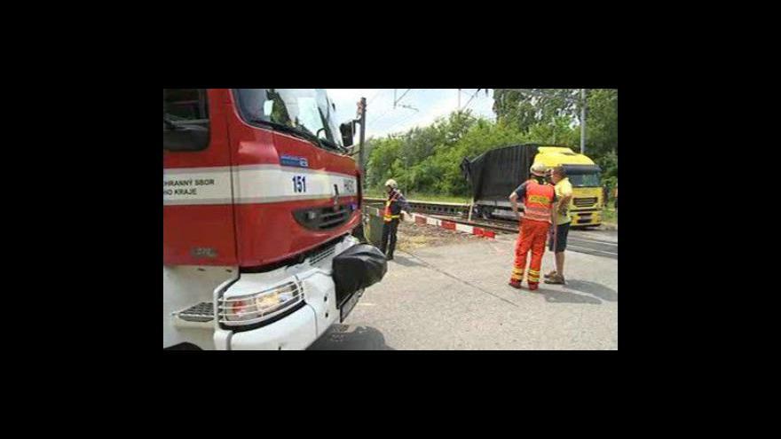 Video No comment: Srážka vlaku s kamionem zablokovala dopravu