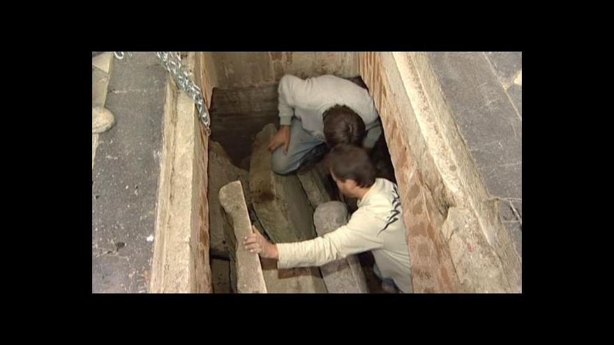 Video Vyzvedávání náhrobků z krypty