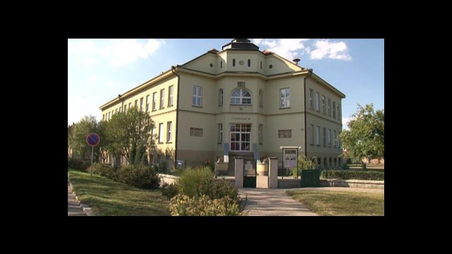Video Reakce škol na slučování
