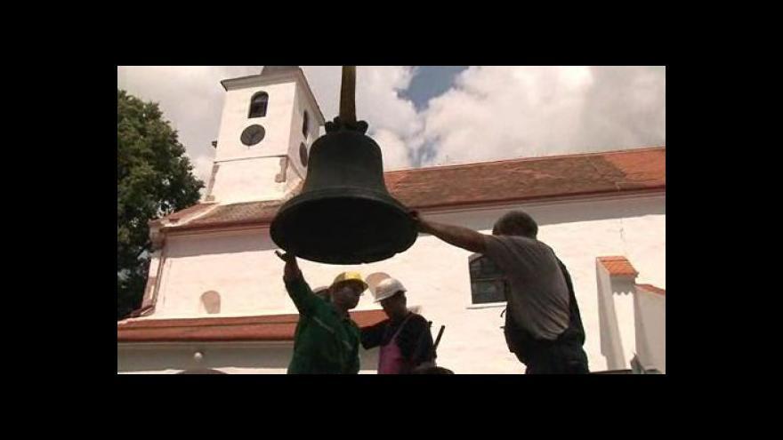 Video NO COMMENT: Hornodubňanské zvony opustily zvonici za pomoci jeřábu
