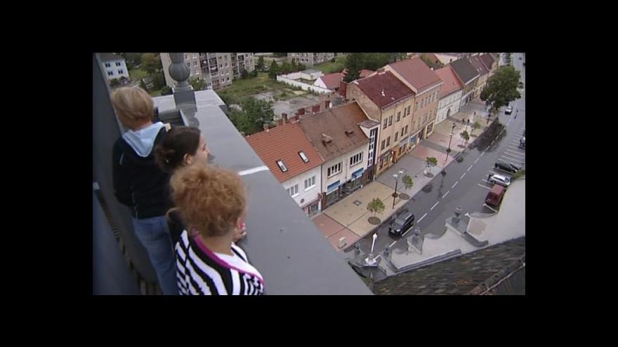 Video Ve špičce radniční věže hraje několikrát denně zvonkohra