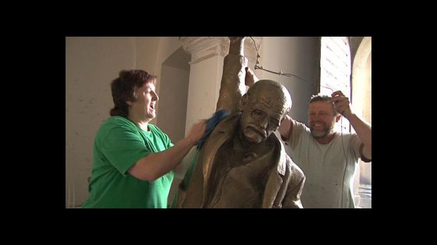 Video NO COMMENT: Stěhování sochy Davida Černého do Holešova