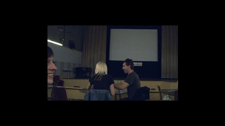Video NO COMMENT: Projekce filmu v kinokavárně