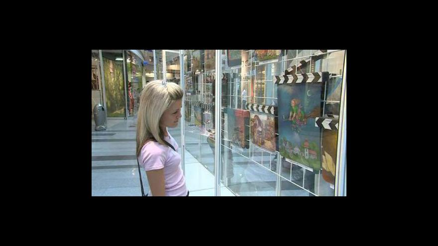 Video NO COMMENT: Do aukce půjde 131 klapek, které pomalovali známí výtvarníci