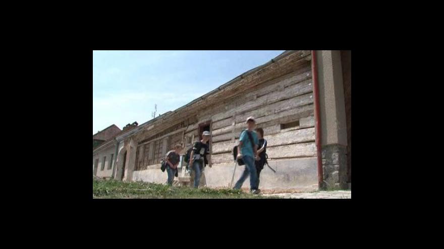 Video NO COMMENT: V Knínicích u Boskovic začali přemisťovat roubenku ze 17. století
