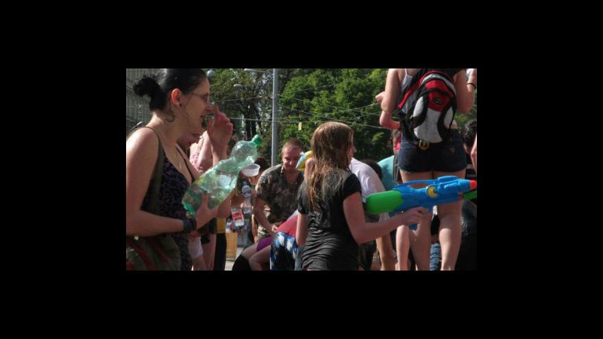 Video NO COMMENT: Vodní bitva