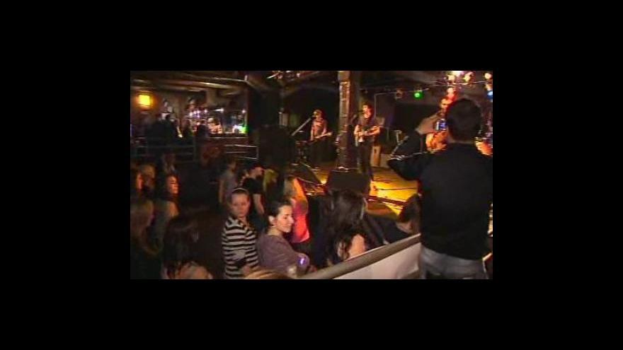 Video NO COMMENT: Majáles se kvůli nepříznivému počasí přesunul do klubu Golem