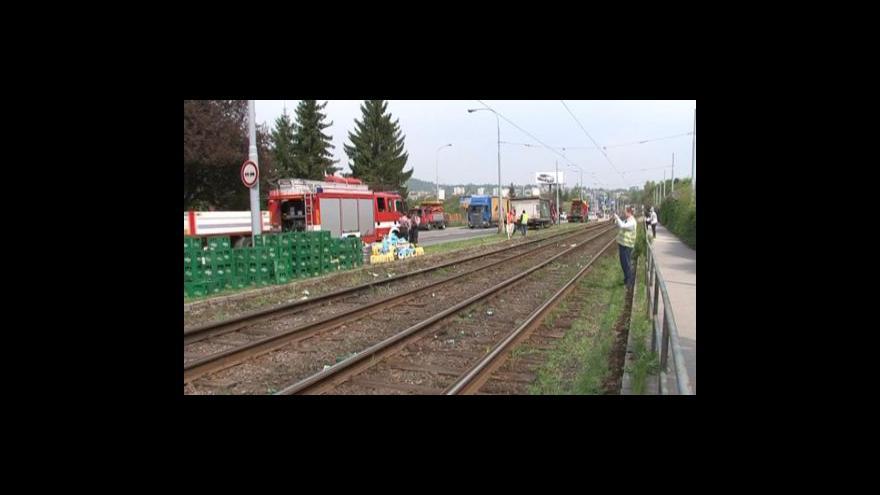 Video NO COMMENT: Hasiči odstraňují následky nehody, která zastavila tramvaje na lince č. 1