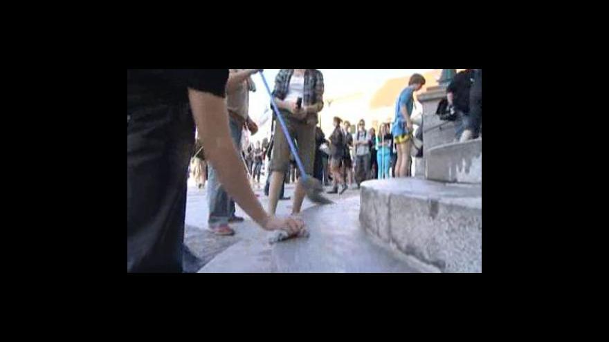 Video Nespokojení středoškoláci symbolicky umyli schody před hodonínskou radnicí