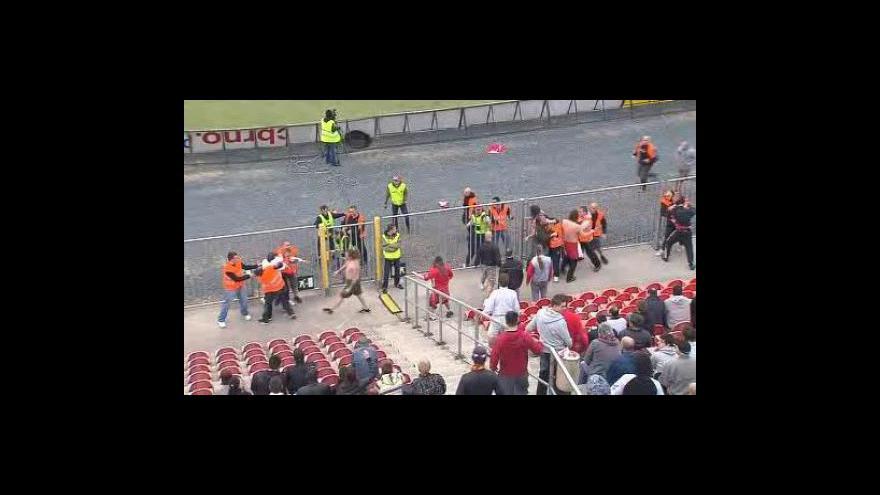 Video Nová videa s dalšími agresivními útoky ochranky (reportáž Michala Šebely)