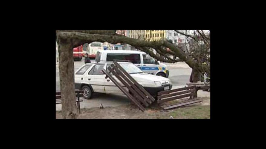 Video NO COMMENT: řidič vjel na nástupní ostrůvek zastávky autobusu