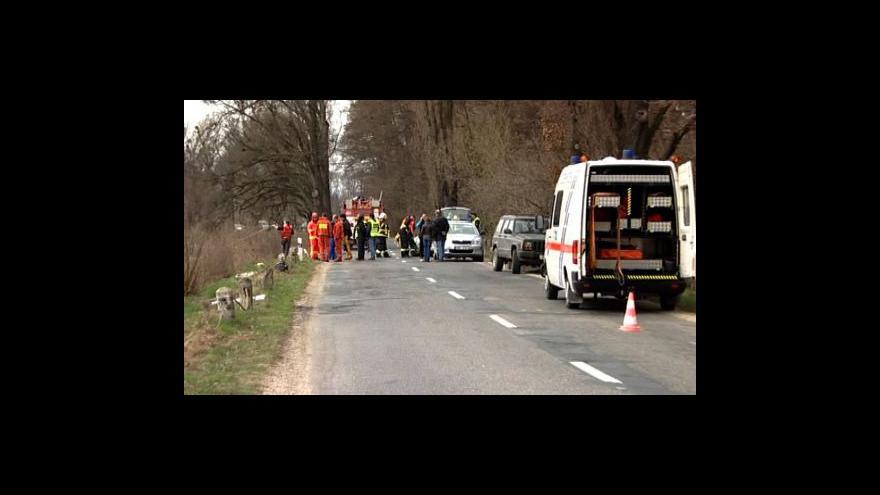 Video Hasiči vytáhli vrak auta z rybníka, poté našli i utonulého řidiče
