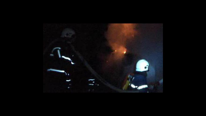 Video NO COMMENT: amatérské záběry likvidace požáru samoty