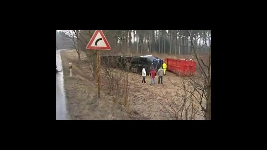 Video NO COMMENT: Řidiče trápí náledí, u Přibyslavic došlo k hromadné nehodě kamionů, osobního auta a autobusu