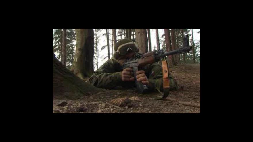 """Video NO COMMENT: Cvičení vojáků v záloze -  bojují s \""""nepřáteli\"""" i s horským terénem"""