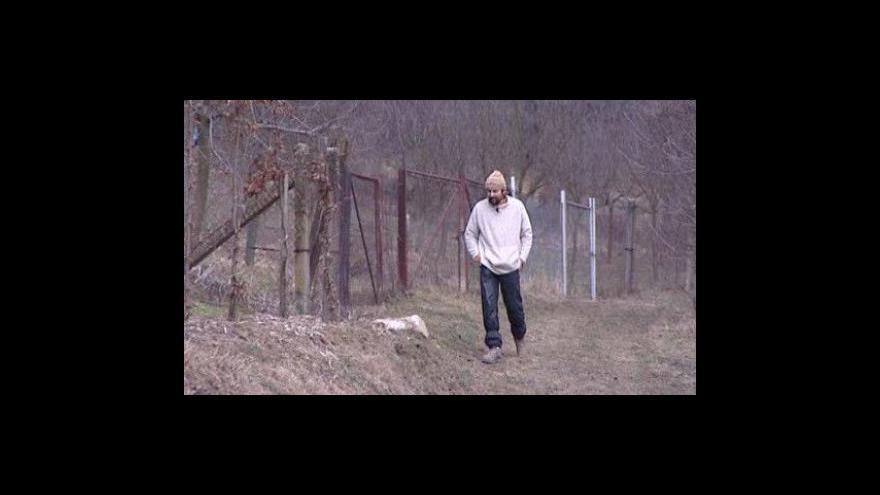 Video NO COMMENT: Roman Muroň hliněný domek postavil celý sám