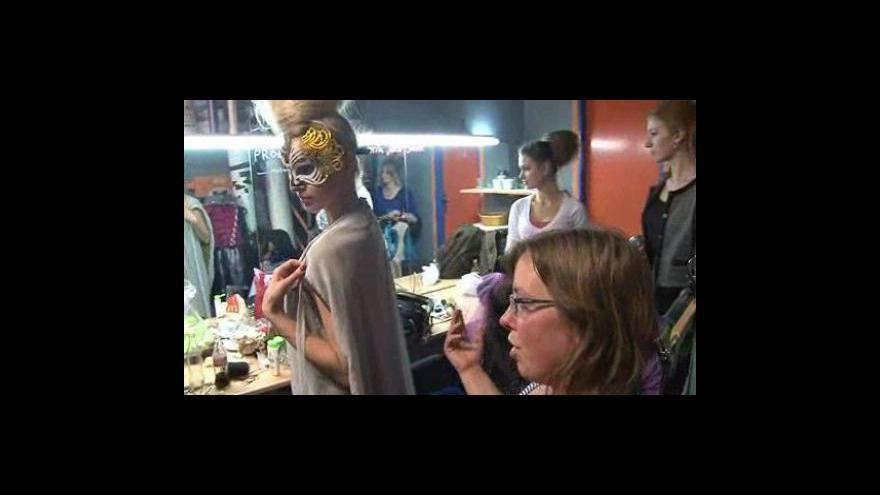 Video Jana Thalová představuje šaty, které uvedla na páteční přehlídce