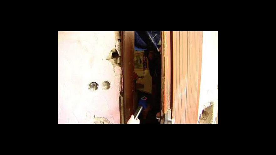 Video Jedenáctičlenná rodina se tísní ve dvou pokojích ve zdevastovaném domě