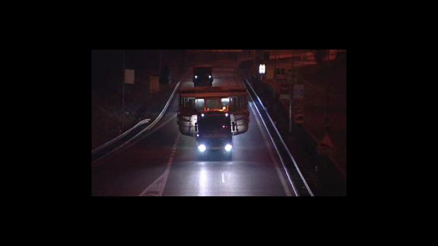Video Noční převoz parníku z Brna na Vranovskou přehradu