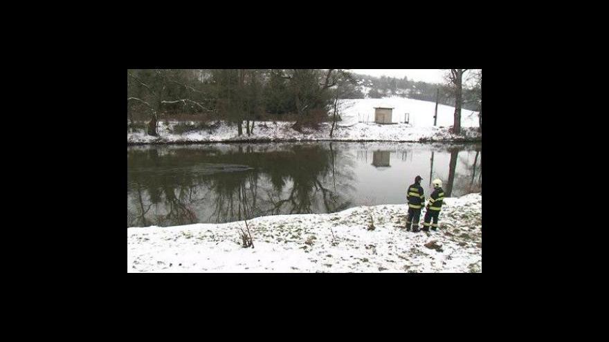 Video NO COMMENT: Majitel nepozorně zaparkoval, auto skončilo v řece