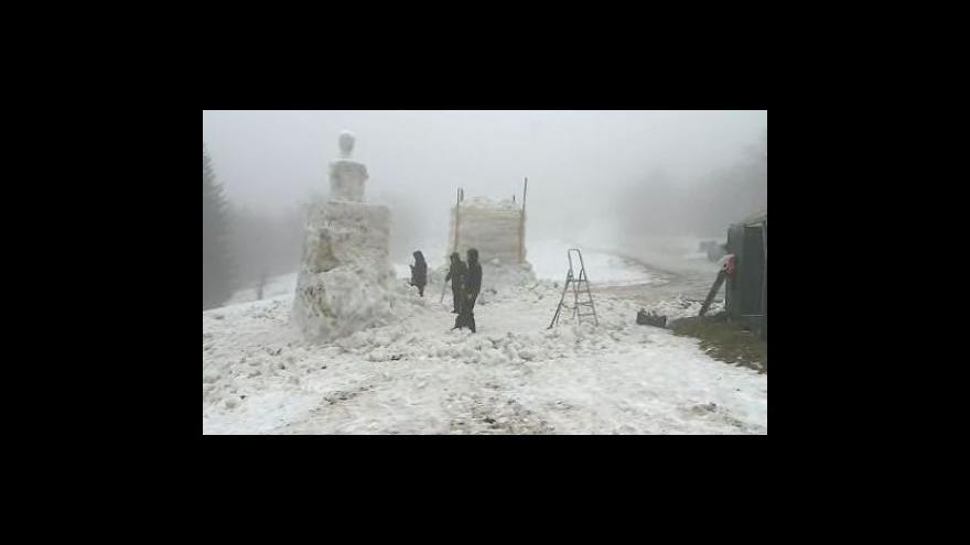 Video Výtvarníci už začali pracovat na svých sochách, děsí se oblevy