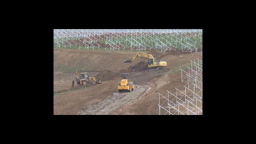 Video Stavba sluneční elektrárny pokračuje, petici podepsala už třetina obyvatel