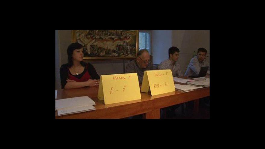 Video V Brně na Husově ulici volili lidé s úřední adresou