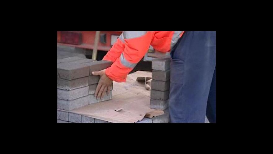 Video Dělníci dolaďují poslední detaily na novém autobusovém terminálu ve Znojmě